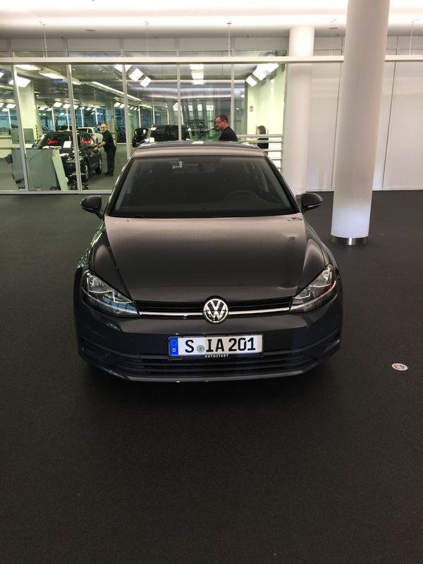 Golf 7 TSI BlueMotion Technology BJ. 2018 - Stuttgart Hafen - Volkswagen, Golf, Limousine, Benzin, 86 PS, 1.050 km, EZ 01/2018, Schaltgetriebe, Grau Metallic, Scheckheftgepflegt, Nichtraucherfahrzeug. Zum Verkauf kommt nagelneues von uns gekauftes Golf 7.Der Fahrzeug wurde am 13.01.2018 im Wolfsbur - Stuttgart Hafen