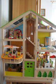HAPE Vier-Jahreszeiten- Puppenhaus 35tlg viel