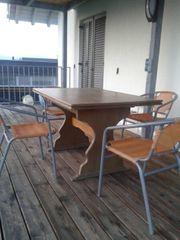 Holztisch für die Terrasse mit