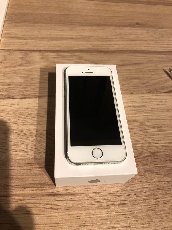 IPhone SE 32 GB silber *top Zustand* - Erlenbach - Verkaufe mein IPhone SE 32 GB in der Farbe silber wegen neuem Handy.Das IPhone ist ein gutes Jahr alt (Mai 2017; Rechnung von Media Markt vorhanden) und ist in einem top Zustand. Es ist voll funktionsfähig und wird mit dem kompletten Zubehör - Erlenbach