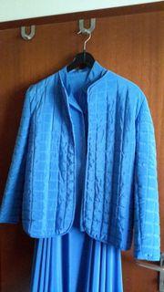 Schimmerndes, blaues Kostüm