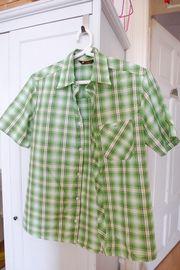 Verschiedene Hemden für