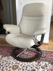Edler Stressless-Sessel und Hocker in