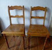 2 schöne Weichholz Stühle um