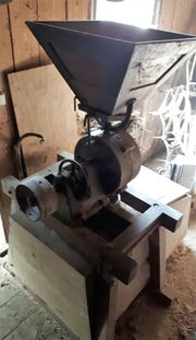 alte Schrothmühle aus Holz - alte Holzmühle