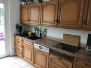 Küchenzeile mit modernen Elementen