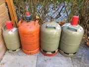 Campinggasflaschen in grau und rot