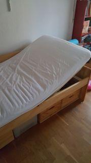 Schönes Bett mit viel Stauraum