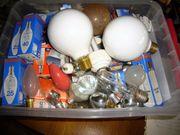 Kiste voller verschiedenen Glühbirnen aller