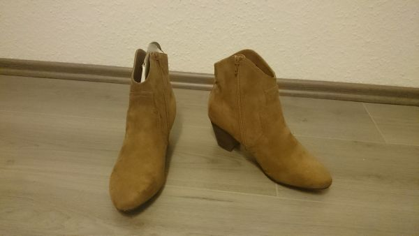 BOOTS // BIK BOK // NEU // Gr. 40 - Burbach - Hey,bist du auf der Suche nach ein paar neuen Schuhen?Ich hab da vielleicht was für dich..Diese Boots sind von BIK BOK..es handelt sich um das Modell AO FW Zoe.800/L. Brown! Am Linken Boot ist ein kleiner Rosa Strich, der aber eigentlich nicht  - Burbach