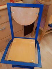 Blaue Metallstühle zu