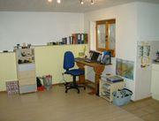 helles Möbliertes Zimmer mit Kochzeile