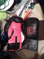 Ein paar Boxhandschuhe in kleine