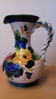 hübscher bemalter Krug mit Blumen