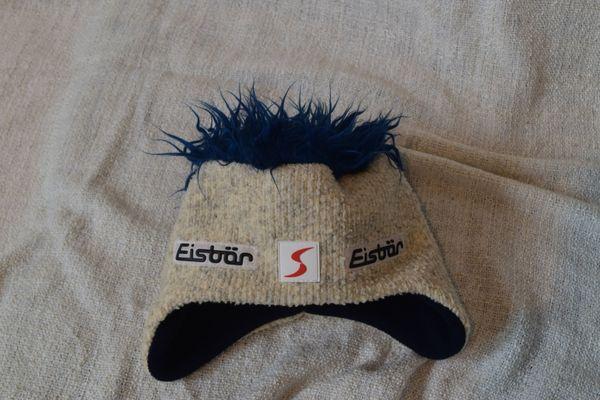 Stylische Eisbärmütze mit blauen Haaren