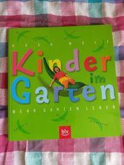 Kinder im Garten -