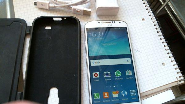 Biete Samsung Galaxy S 4-GT-I9505-Guter Zustand, Simlockfrei, Samsung Galaxy S 4 Smartphone (5 Zoll T - München Schwanthalerhöhe-laim - Biete Samsung Galaxy S 4-GT-I9505-Guter Zustand,Simlockfrei,Samsung Galaxy S 4 Smartphone (5 Zoll Touch-Display, 16 GB Speicher, Android 5.0.1,Farbe WEISS Pc-Kabel,Ladestecker und Handytasche.An einem gehäuserand eine Ec - München Schwanthalerhöhe-laim