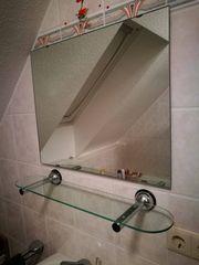 Badezimmerspiegel und Regal