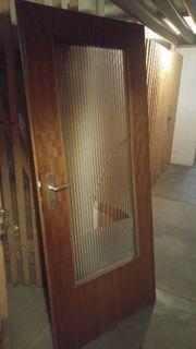 Defekte Holztür mit Fenster